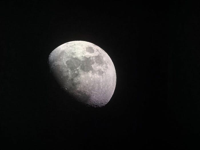 La lune noir et blanc photo au fond noir, fond ecran tumblr, image paysage en noir et blanc