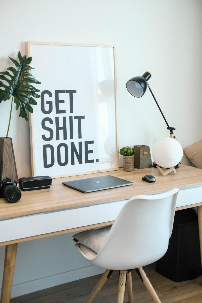 design intérieur moderne et minimaliste dans une pièce blanche aménagée avec meubles bois et bureau diy