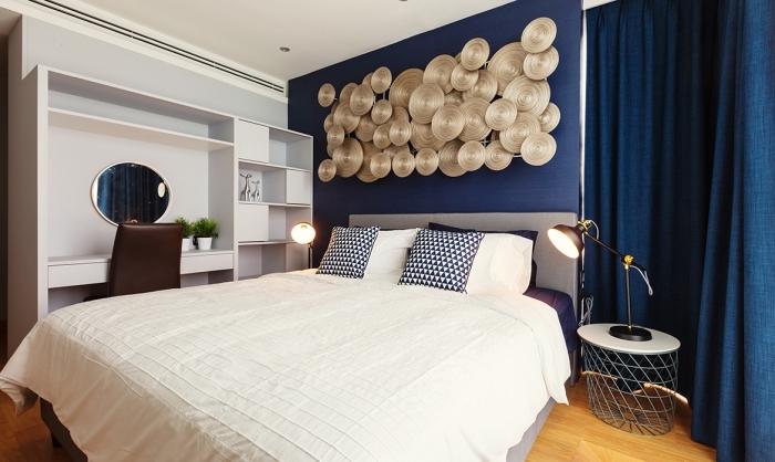 idée comment disposer 2 couleurs dans une chambre, design chambre moderne aux murs blancs avec pan de mur en bleu minuit