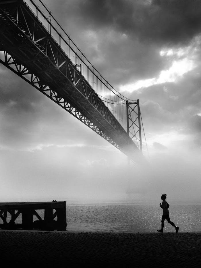 San francisco pont rouge en noir et blanc fond sombre femme qui courre, photographie artistique noir et blanc, fond ecran nike