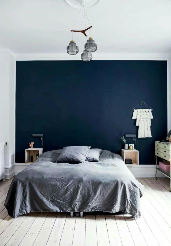 exemple comment peindre une chambre en deux couleurs contrastantes, exemple de chambre moderne avec mur bleu nuit