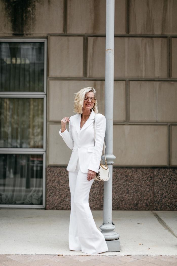 ensemble blazer femme de couleur blanc, tenue femme mariage formelle en pantalon fluide et veste smoking blanc