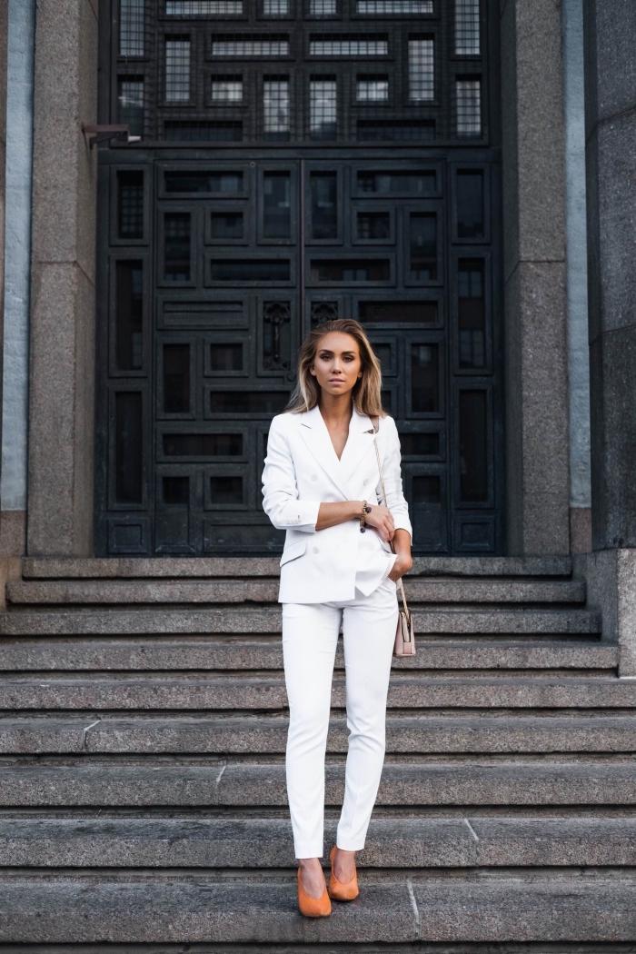 tenue femme classe en costume 2 pièces de couleur blanche avec chaussures hautes, look stylé en tailleur femme