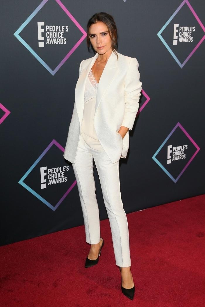 modèle d'ensemble blazer femme classe, idée tenue élégante femme en vêtements blancs et chaussures noires
