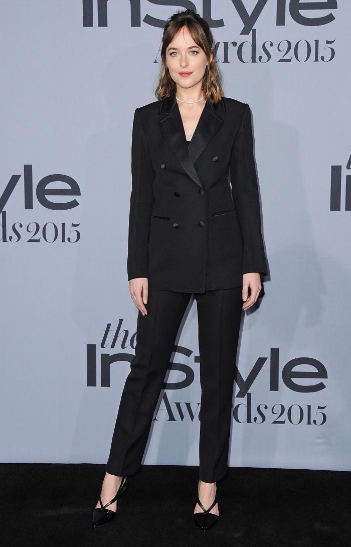 idée de tailleur femme mariage formel de couleur noire en 2 pièces pantalon fluide et blazer, style vestimentaire de Dakota Johnson