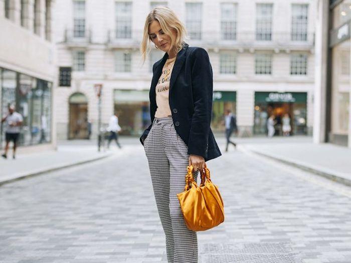 Pantalon carré et veste bleu sombre en velours, idée chaussure streetwear, ensemble sport femme photo