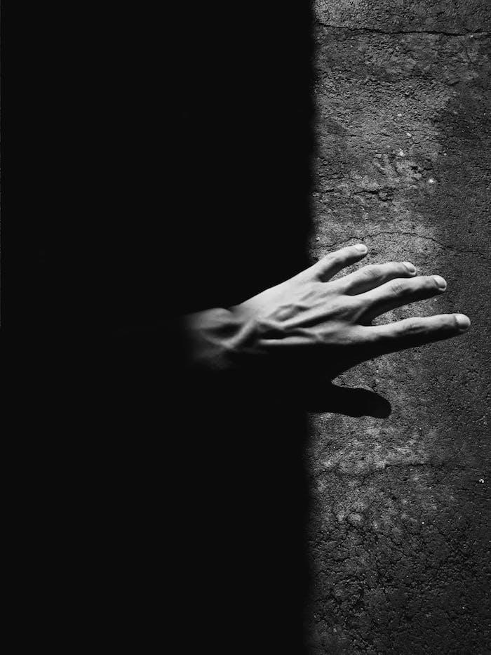 Main au sombre photo noir et blanc art, idée que symbolise le blanc et le noir, art photographie