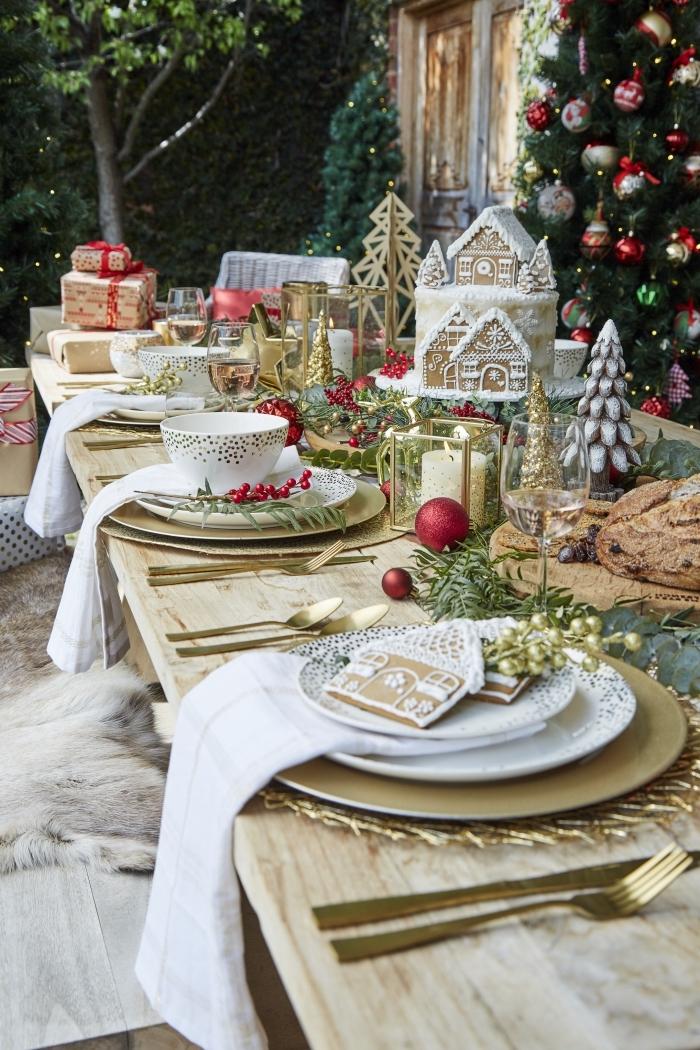 idée de decoration de table de noel a faire soi meme, table Noël décorée avec maison en pain d'épice et sapin doré