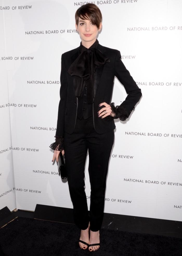 style vestimentaire femme d'Anne Hathaway en smoking noir avec chemise satin noire et sandales à talons noires