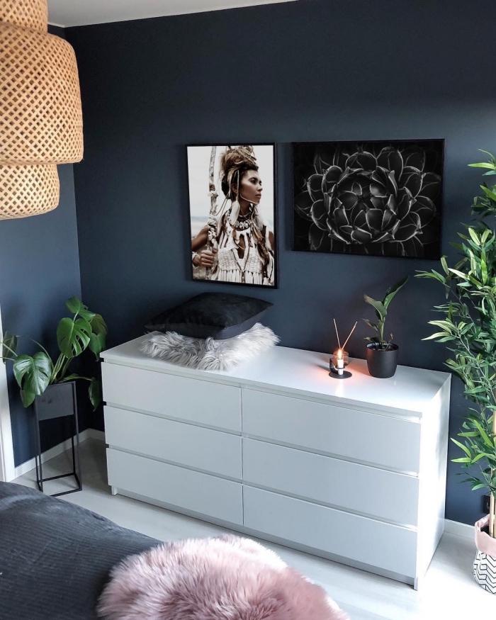 quelle couleur pour une chambre féminine, décoration de pièce boho chic aux murs bleu nuit avec meubles blancs