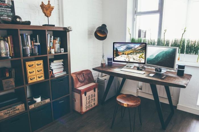 fabriquer un bureau de style industriel avec morceau de bois brut et pieds métal noirci, déco coin de travail maison