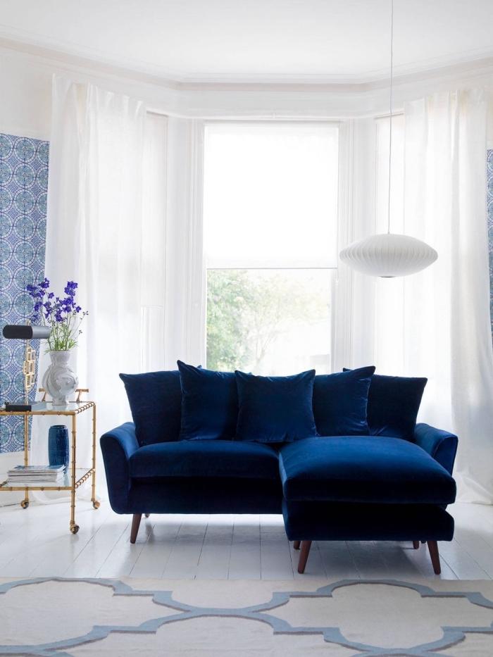 idée couleur chambre adulte, décoration pièce blanche avec meubles et accessoires en nuances de bleu foncées