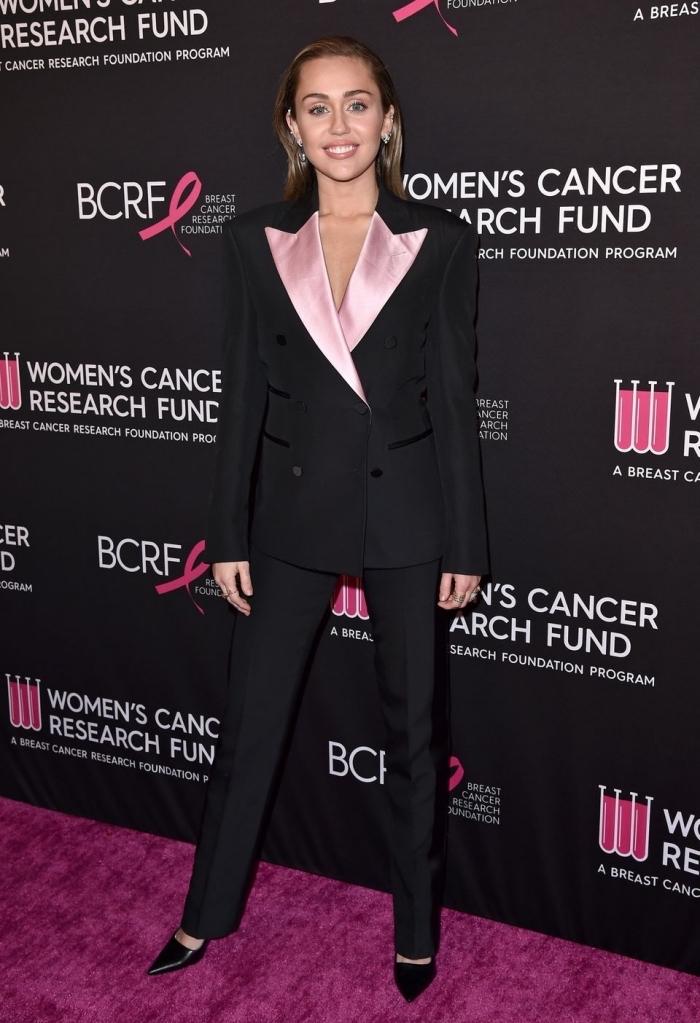 modèle d'ensemble blazer femme élégante bicolore en noir et rose, idée de look femme classe de Miley Cyrus