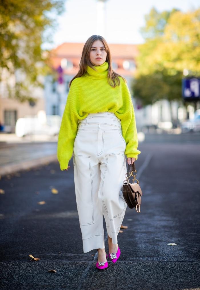 comment porter la couleur verte en hiver, tenue femme élégante en pull stylé oversize de nuance vert combiné avec pantalon loose blanc