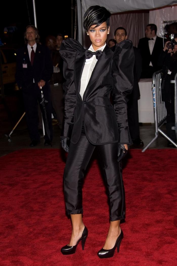 tenue officielle femme en smoking noir avec blazer à épaules bouffantes, look femme classe de Rihanna avec vêtements noir et blanc