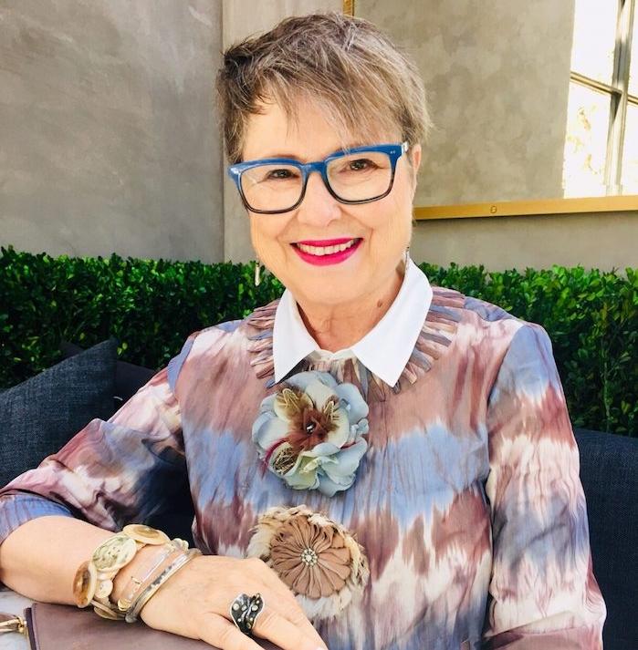 coupe garçonne avec mèches blonds sur mèches chatain foncé, coupe de cheveux court femme 60 ans avec lunettes