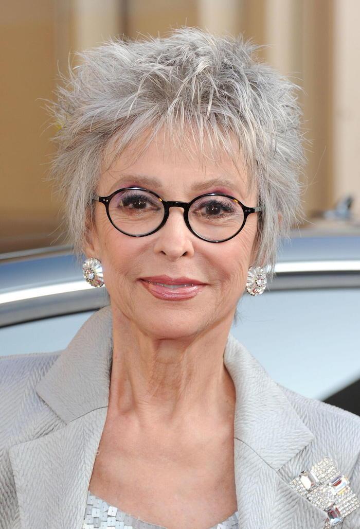 coupe garçonne courte avec des mèches effilées, idée quelle coiffure pour cheveux femme avec lunettes