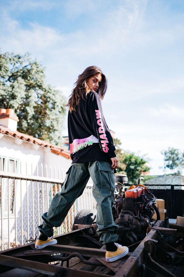 Cargo pantalon gris et blouson style vestimentaire femme, style streetwear femme cool