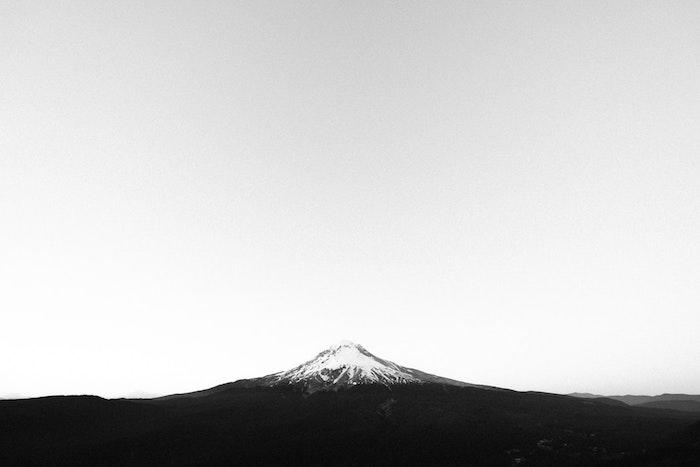 Mont haut avec neige art graphique, photo stylé noir et blanc aesthétique de la simplicité