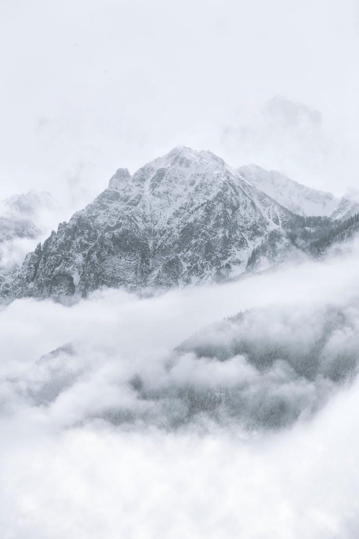 Photo de la montagne enneigé en noir et blanc image monochrome, dessin noir et blanc graphique