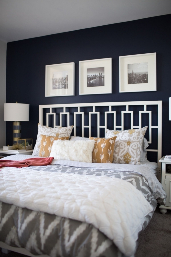 quelle couleur mur chambre adulte, décoration chambre à coucher bleu nuit et blanc avec accents en couleurs neutres