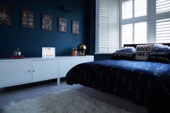 deco chambre bleu et blanc, aménagement pièce d'enfant aux murs bleu marine avec meubles et accessoires en blanc et bleu