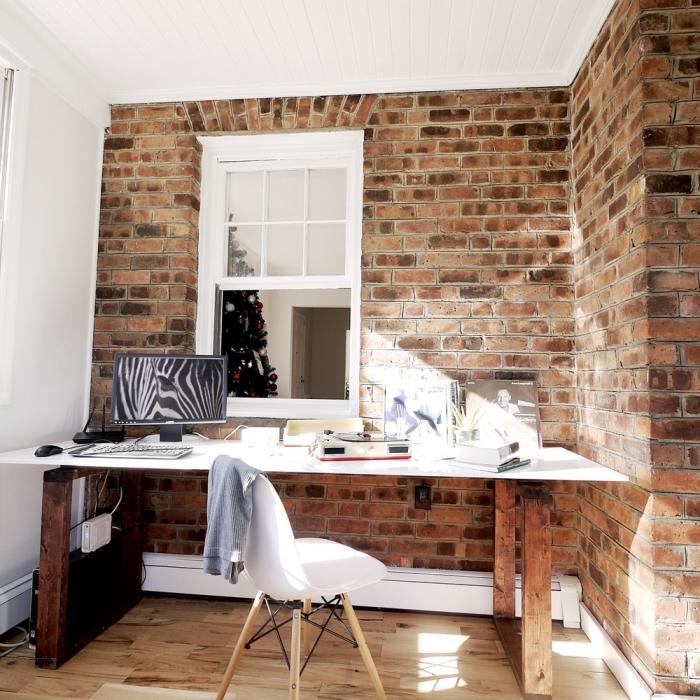 design coin de travail à domicile aménagé de style moderne avec mur industriel en briques et diy bureau blanc et bois brut