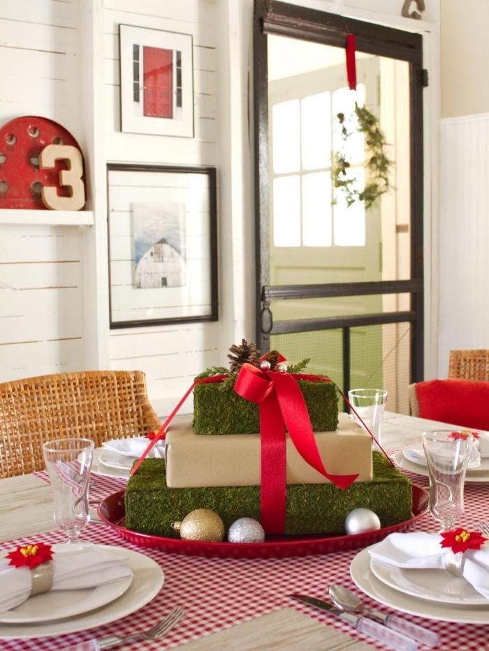 decoration de table de noel a faire soi meme avec boîtes cadeaux décorées en papier effet mousse et ruban rouge