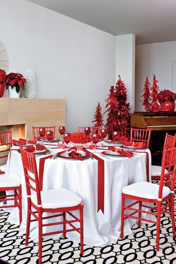 idée de deco de table pour noel en blanc et rouge, diy composition florale pour Noël avec bouquet de roses rouges
