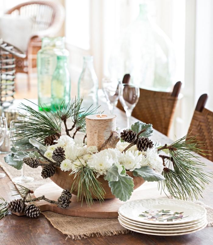 décoration de table idées faciles pour Noël 2019, DIY composition florale avec fleurs blanches et branches de sapin