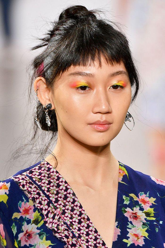 Maquillage couleurs néon et cheveux avec meche rouge, coupe de cheveux long femme, belle femme visage et cheveux