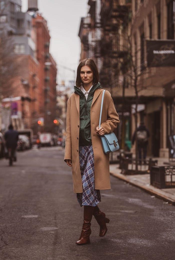 Manteau camel style streetwear femme, tenue swag de soirée chic, bottes marrons, rue de new york