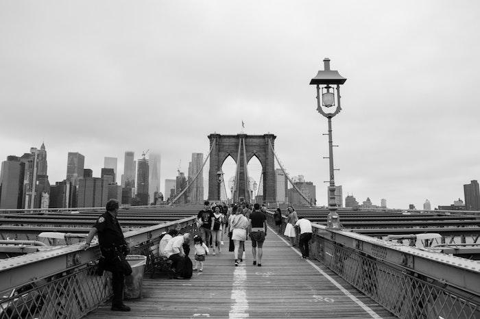 New York pont Brooklyn fond ecran swag à l'esthétique de tumblr fille cool stylée en noir et blanc