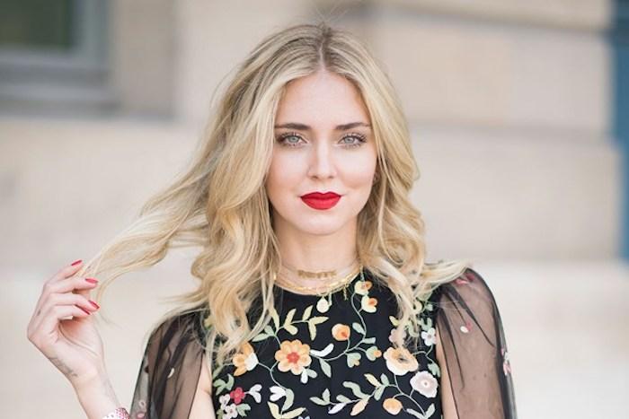 Blonde femme rouge à lèvre rouge, coupe carré long dégradé sans frange, choisir sa coiffure bien pour son visage