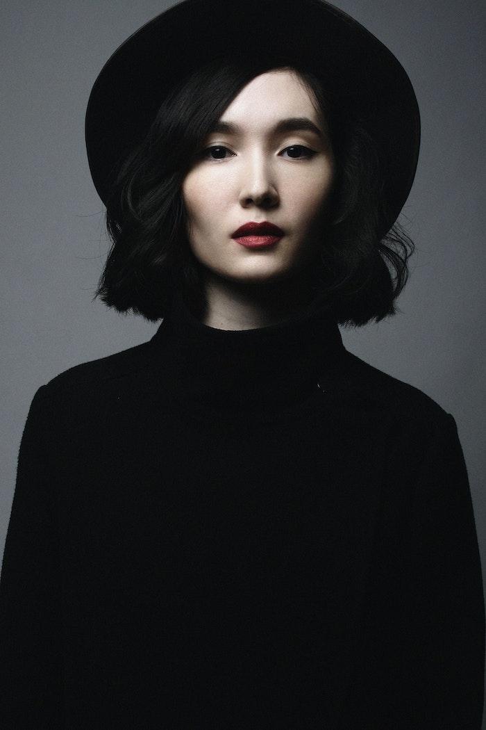 Femme modele de coiffure courte, quelle coiffure pour un visage ovale, femme peau claire cheveux noirs
