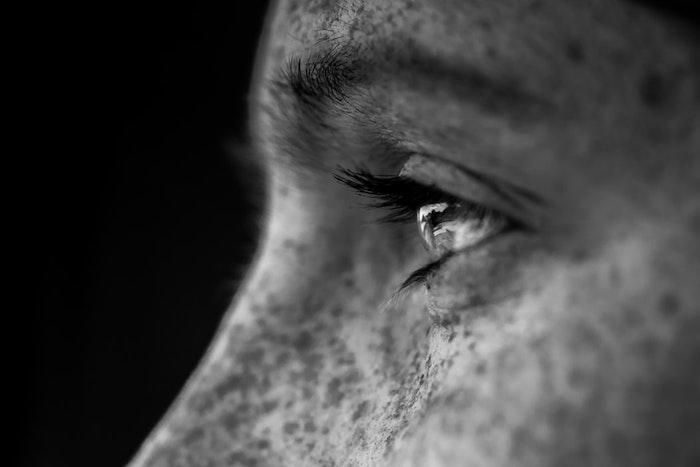 Portrait yeux regard, noir et blanc photo, fond sombre, photo monochrome élégante à utiliser sur son portable
