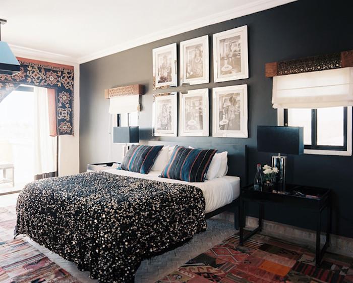 Mur noir dans une chambre noir et blanc, lit double, couverture noire et doré, peindre une chambre en deux couleurs