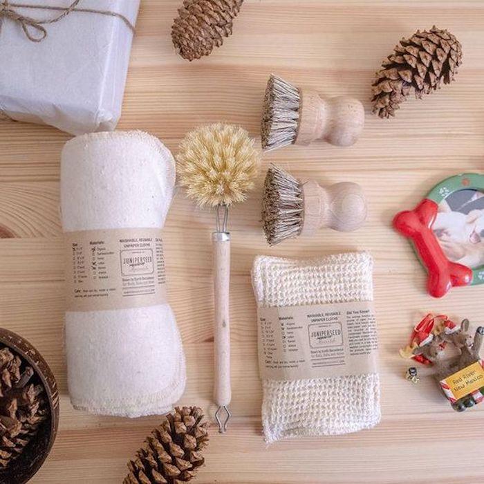Brosses bois, cone de pines cadeau a faire soi meme pour un anniversaire, cadeau ecolo