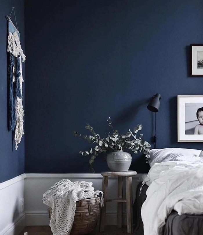 idée de couleur chambre adulte moderne, décoration pièce minimaliste aux murs bleu marine avec objets en blanc et gris