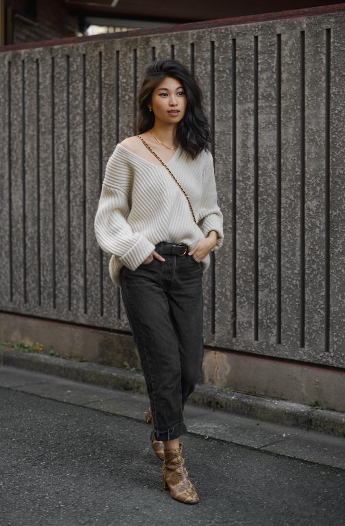 vision chic en pull stylé à col asymétrique de couleur blanche combiné avec pantalon taille haute 7/8 et chaussures à talons