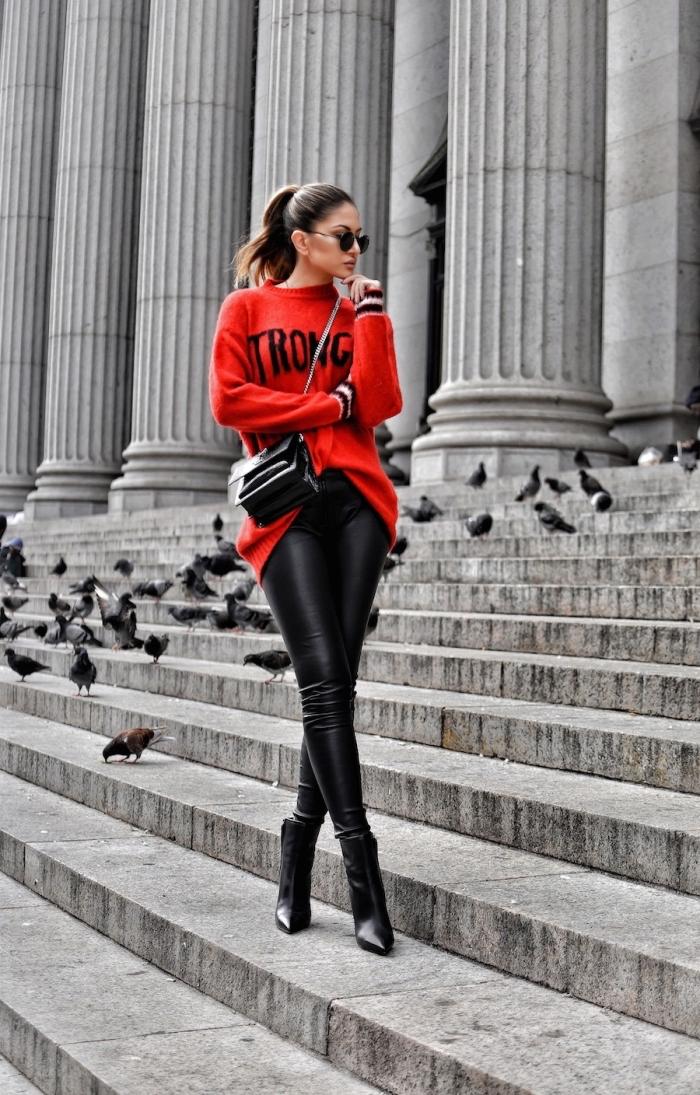 vision chic et moderne en pull oversize de couleur rouge combiné avec pantalon fit noir et bottines à talons noires