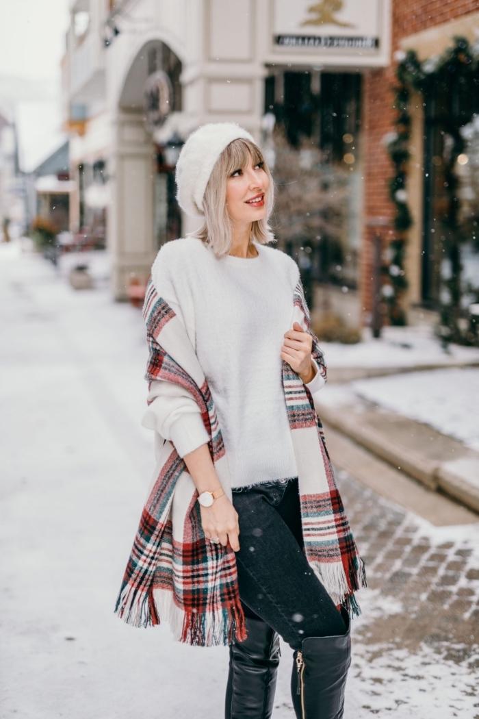 idée comment bien s'habiller en hiver femme, look casual chic en pull cachemire femme et paire de jeans foncés