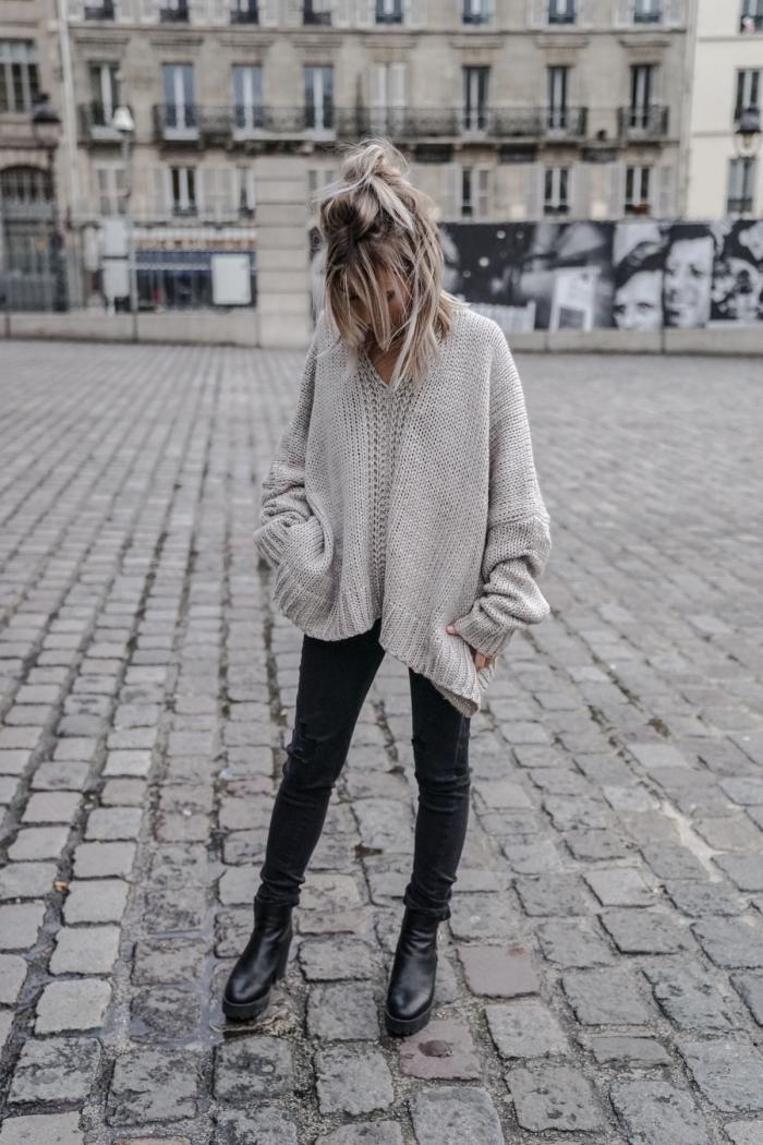 mode femme d'hiver en pull oversize, idée tenue casual chic en pantalon fit noir porté avec gros pull à col v en gris