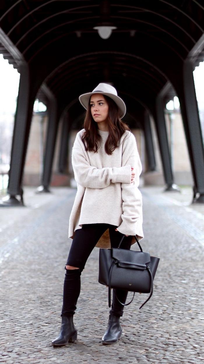 tenue casual chic en pull long femme de couleur blanche combiné avec pantalon troué noir et capeline blanche