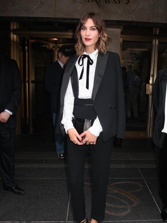 modèle de tailleur pantalon femme pour ceremonie officielle, tenue blanc et noir classe avec costume 2 pièces