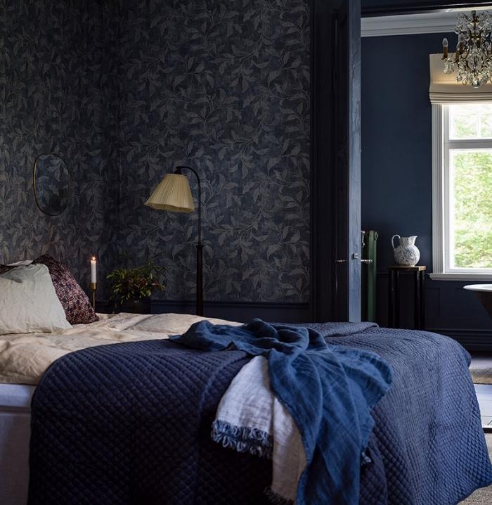 design intérieur tendance couleur bleu marine, aménagement chambre adulte aux murs foncés avec accents en bleu nuit