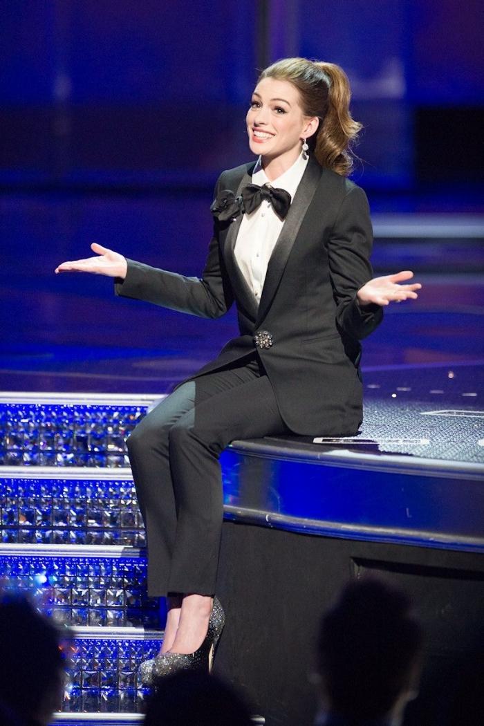 exemple comment porter un tailleur femme pour cérémonie officielle, style vestimentaire formel d'Anne Hathaway