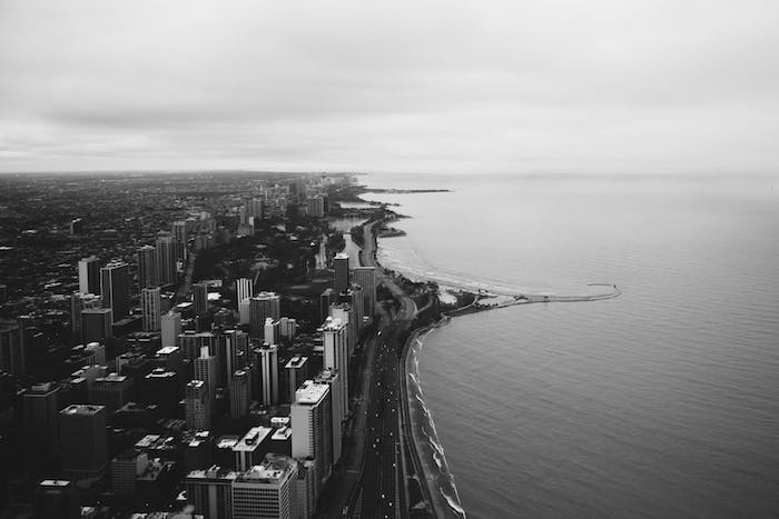 Paysage noir et blanc le cote d'une grande ville américaine, photo esthétique sombre harmonie urbaine