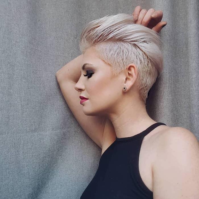 Belle femme cheveux courts moderne coiffure avec plus de cheveux en top que sur les cotés, coupe de cheveux court, tendance de coiffure 2020