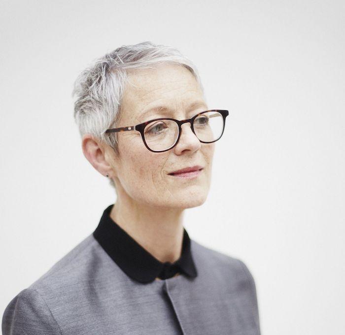 idée de coupe de cheveux pixie femme 60 ans avec des mèches effilées, idée de coupe cheveux fins, coupe de cheveux court femme 60 ans avec lunettes